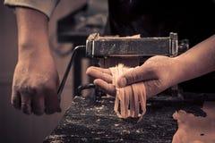 De chef-kok maakt helemaal opnieuw verse deegwaren royalty-vrije stock foto