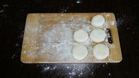 De chef-kok maakt het deeg voor donuts stock videobeelden