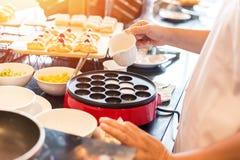 De chef-kok maakt het dessert op de lijst en giet kokosmelk royalty-vrije stock foto's