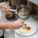De chef-kok maakt schotel Stock Foto's