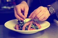 De chef-kok maakt voorgerecht met gestemd vlees, Stock Fotografie