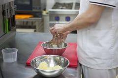 De chef-kok maalt de handen van de aardappelschef-kok ` s, hakbord, rasp stock fotografie