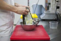 De chef-kok maalt de handen van de aardappelschef-kok ` s, hakbord, rasp stock afbeeldingen
