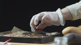 De chef-kok is met klaar het dienen van rundvleeslapje vlees met peper stock videobeelden