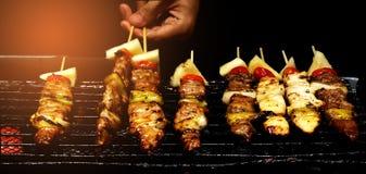 De chef-kok roostert de barbecue op fornuis stock afbeeldingen