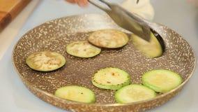 De chef-kok roostert groenten stock video