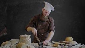 De chef-kok scherpt het mes en controleert de scherpte stock videobeelden