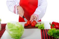 De chef-kok sneed de tomaten Royalty-vrije Stock Fotografie