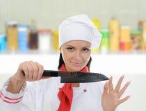 De chef-kok snijdt de tomaat stock foto