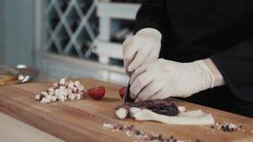 De chef-kok snijdt octopus klaar voor dicht omhoog het eten, zeevruchtenrestaurant stock videobeelden