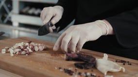 De chef-kok snijdt octopus klaar voor dicht omhoog het eten, zeevruchtenrestaurant stock footage
