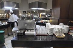 De chef-kok treft voor diner voorbereidingen. Stock Fotografie