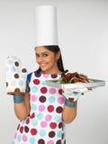 De chef-kok van de vrouw met gebakken kip Royalty-vrije Stock Afbeeldingen