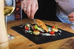 De chef-kok verfraait plaat Royalty-vrije Stock Fotografie
