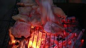 De chef-kok zet de huid van de katvisfilet whithout op een grill Brand Steenkolenbrandwond stock videobeelden