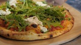 De chef-kok zet stracciatellakaas op pizza stock footage