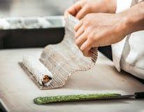 De chef-kokhanden die het broodje in het restaurant vormen Royalty-vrije Stock Fotografie