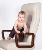 De chef- status van de baby als bureauvoorzitter op wit Royalty-vrije Stock Fotografie