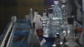 De chemici maken drugs in het laboratorium stock videobeelden
