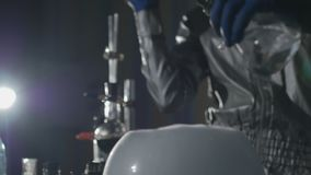 De chemici maken drugs in het laboratorium stock video