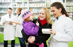 De chemicus, de moeder en het kind van de apotheek in drogisterij royalty-vrije stock afbeelding