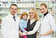 De chemicus, de moeder en het kind van de apotheek in drogisterij royalty-vrije stock afbeeldingen