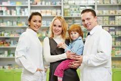 De chemicus, de moeder en het kind van de apotheek in drogisterij royalty-vrije stock foto