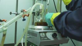 De chemicus Takes Fuel met Hulpmiddel giet in Reageerbuis stock footage