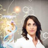 De chemicus verklaart chemische formules Stock Afbeeldingen