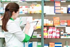 De chemicusvrouw van de apotheek in drogisterij Stock Foto's