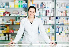 De chemicusvrouw van de apotheek in drogisterij royalty-vrije stock fotografie