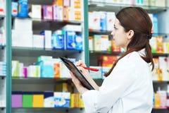 De chemicusvrouw van de apotheek in drogisterij royalty-vrije stock afbeelding