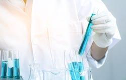 De chemie van het wetenschapperonderzoek bij wetenschapslaboratorium royalty-vrije stock afbeeldingen