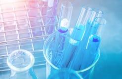 De chemie van het wetenschapperonderzoek bij wetenschapslaboratorium Royalty-vrije Stock Afbeelding