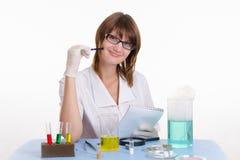 De chemieleraar neemt nota's in blocnote Stock Foto's