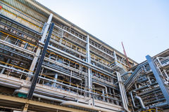 De chemische fabriek van de productiepijp stock afbeelding