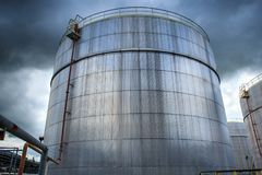 De chemische industrie met de tank van de brandstofopslag royalty-vrije stock afbeelding