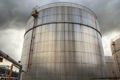 De chemische industrie met de tank van de brandstofopslag royalty-vrije stock fotografie