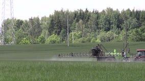 De chemische producten van de tractornevel voor gewasseninstallatie beschermen tegen onkruidongedierte stock video