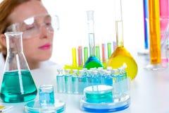 De chemische vrouw van de laboratoriumwetenschapper met reageerbuizen stock afbeeldingen