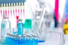 De chemische wetenschappelijke pipet van het laboratorium multikanaal Stock Afbeeldingen