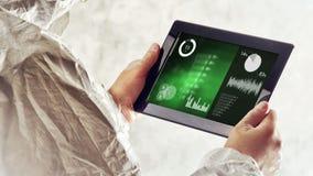 De chemische Wetenschapper Analyzing Scientific Experiment vloeit Grafieken op Digitale Tablet voort stock footage