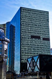 De Chicago construções velhas e novas na cidade em Chicago River foto de stock royalty free