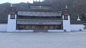 De chinees-stijlgebouwen worden in de bergen gebouwd door bomen worden omringd die stock foto's
