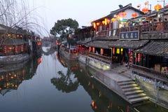 De Chinese architectuur, gebouwen die de waterkanalen voeren aan Xitang-stad in Zhejiang-Provincie Stock Foto