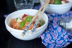 De Chinese Aziatische noedels bewegen gebraden gerecht met groenten Stock Foto's