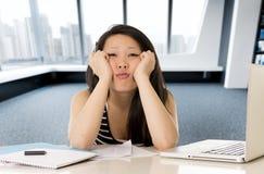 De Chinese Aziatische student of bored bedrijfs de vrouw vermoeide het werken en het bestuderen op computerlaptop royalty-vrije stock afbeeldingen