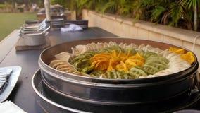 De Chinese catering van de schotel schemerige zon bij een huwelijk stock footage