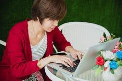 De Chinese Computer van Onderneemsterworking on tablet buiten Bureau royalty-vrije stock foto