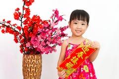De Chinese coupletten van het de Lentefestival van de meisje pising holding Royalty-vrije Stock Foto's